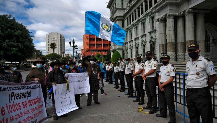 Líderes indígenas de Totonicapán y Sololá participan en el cuarto día de protestas consecutivas en contra del presidente Giammattei y los diputados oficialistas. (Foto Prensa Libre: AFP)