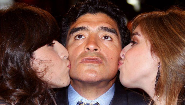 En esta foto, tomada el 20 de mayo de 2008 aparece Diego Maradona junto con sus hijas Dalma y Gianinna. Foto Prensa Libre: AFP.
