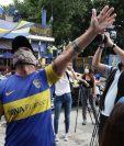 Los hinchas del Boca Juniors evocan a Diego Maradona tras enterarse de su muerte. Foto Prensa Libre: AFP.