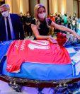 Familia y celebridades de todos los ámbitos le dan el último adiós al ídolo del futbol Diego Maradona (Foto Prensa Libre: AFP)