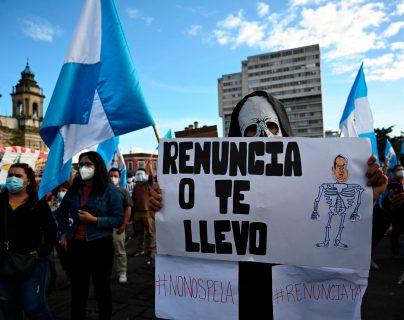 #28N: En creativos carteles manifestantes pidieron la renuncia del presidente Giammattei y señalan la ineficiencia de su gestión