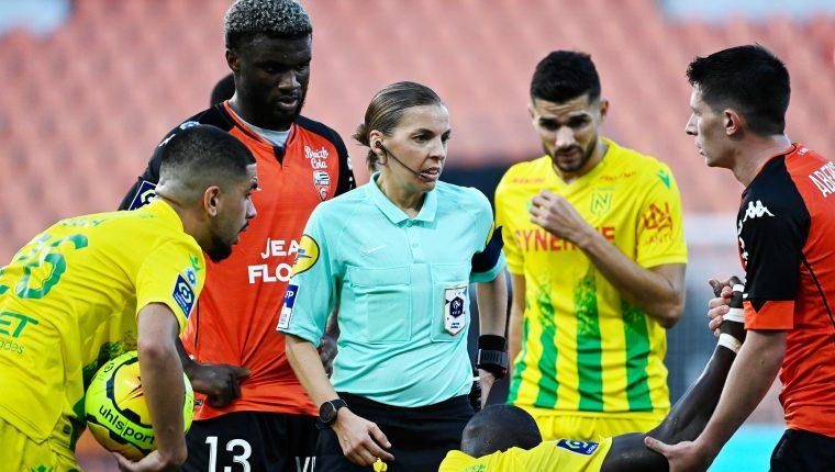 Stephanie Frappart imparte justicia en el juego de la Liga 1 de Francia entre Lorient y el  Nantes. Foto Prensa Libre: AFP.