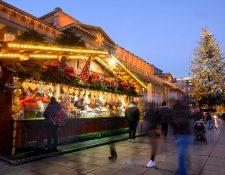 En medio de la pandemia de coronavirus, en la Plaza del Castillo en Stuttgart, en el sur de Alemania, se ha instalado un mercado navideño. (Foro Prensa Libre: AFP)