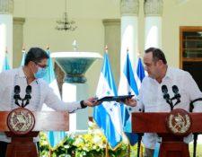 El presidente Juan Orlando Hernández y el presidente Alejandro Giammattei informan de los resultados de la reunión. (Foto Prensa Libre: Presidencia)