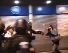 Captura de pantalla de un video donde se observa cómo un agente de la policía agrede al fotoperiodista Carlos Sebastian. (Foto Prensa Libre)