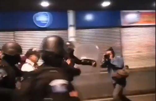 Captura de pantalla de un video donde se observa cómo un agente de la policía agrede al fotoperiodista Carlos Sebastian.