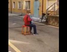 Stefano lleva música al hospital donde está su esposa con covid-19 en Italia. (Foto Prensa Libre: Tomada de 20minutos.es)