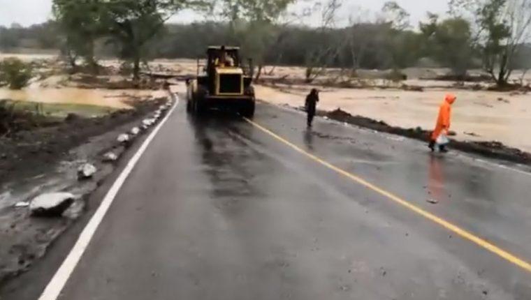 El paso está cerrado en los km 146 y 154 de la ruta al Atlántico por inundaciones causadas por Iota. (Foto Prensa Libre: Provial)