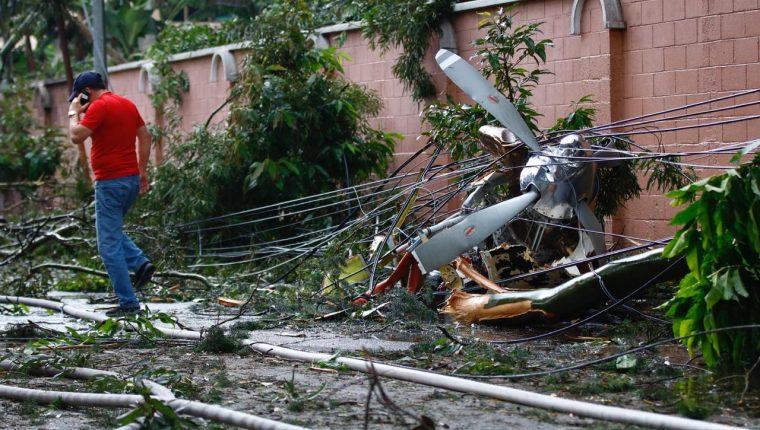 Una avioneta se accidentó el domingo 8 de noviembre del 2020 en la zona 9 capitalina. (Foto Prensa Libre: Fernando Cabrera)