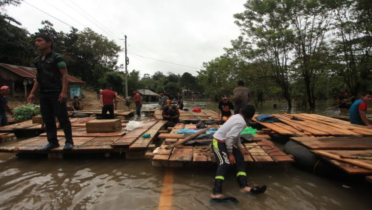 La ruta de Cobán a Chisec está inundada y para movilizarse las personas utilizan balsas. (Foto Prensa Libre: Byron García)