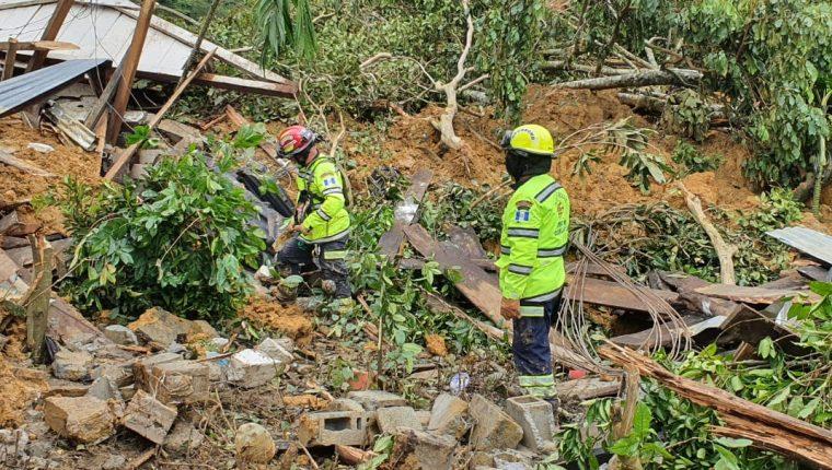 Socorristas continúan con las labores de búsqueda de víctimas por inundaciones y derrumbes que dejó Eta. (Foto Prensa Libre: CBMD)