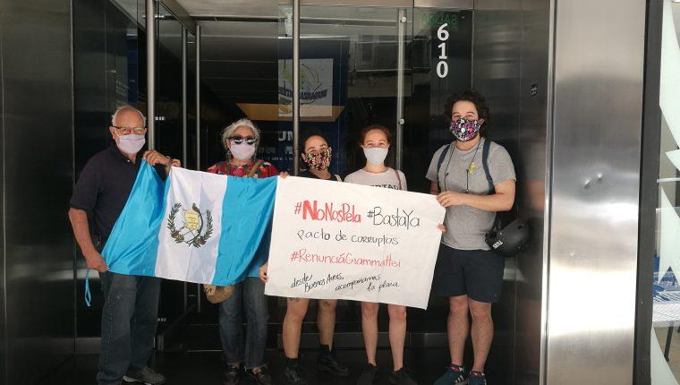 Desde la Embajada de Guatemala en Argentina varios guatemaltecos se sumaron a la manifestación de este 21 de noviembre. (Foto Prensa Libre: Cortesía)