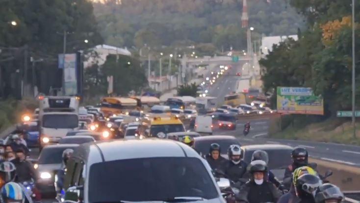 Caos vial por accidente en el kilómetro 20 de la ruta al Pacífico. (Foto Prensa Libre: PMT de Villa Nueva)