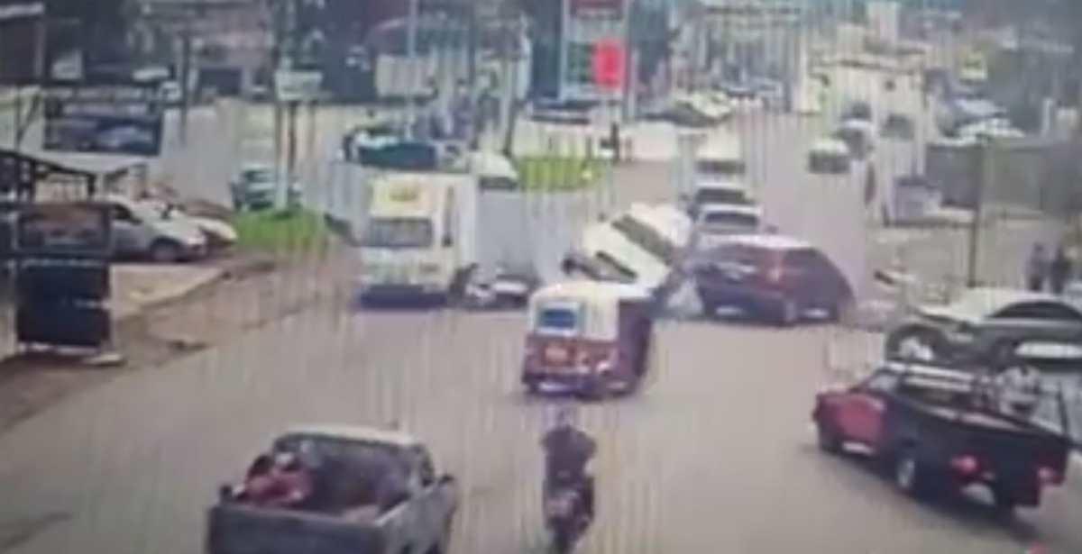 VIDEO: conductor de picop pierde el control y embiste a motoristas en Chimaltenango