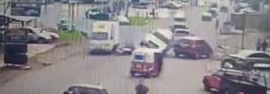 Un choque en el km 56 de la ruta Interamericana quedó grabado en video. (Foto Prensa Libre: Facebook)