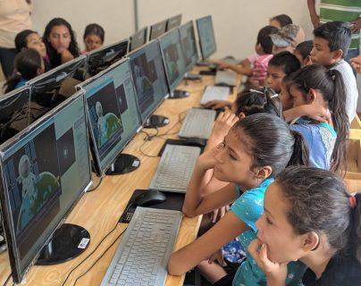Estudiantes de la Escuela Oficial de Aldea Llano Grande  mientras están en el curso de Microsoft Digital Skills.  Las computadoras funcionan por paneles solares avanzados. (Foto Prensa Libre: New Sun Road).