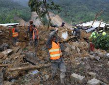 Socorristas, personal del Ejército de Guatemala, policías y voluntarios llevaban a cabo labores de rescate de víctimas que dejó Eta en Quejá, San Cristóbal Verapaz, Alta Verapaz. (Foto Prensa Libre: EFE)