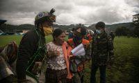 Socorristas hablan con una mujer luego de rescatarla en la zona del desastre donde se estima que decenas de personas murieron por una alúd provocado el pasado jueves por el paso de la tormenta Eta, en la aldea Quejá, en San Cristóbal Verapaz (Foto Prensa Libre: EFE)