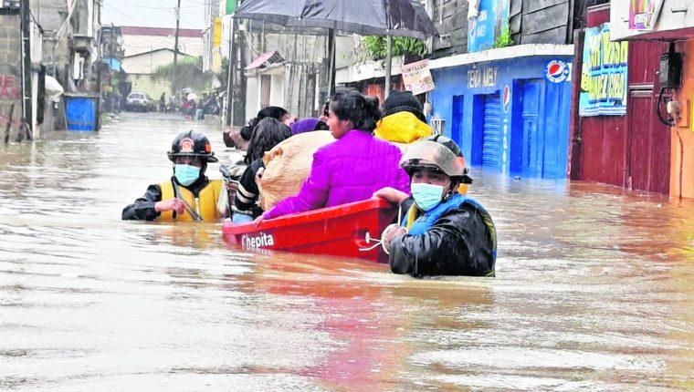 Pobladores de barrios de Cobán, Alta Verapaz, son evacuados de sus casas por la crecida del río Cahabón, a causa de las lluvias de la tormenta tropical Eta. (Foto Prensa Libre: EFE)