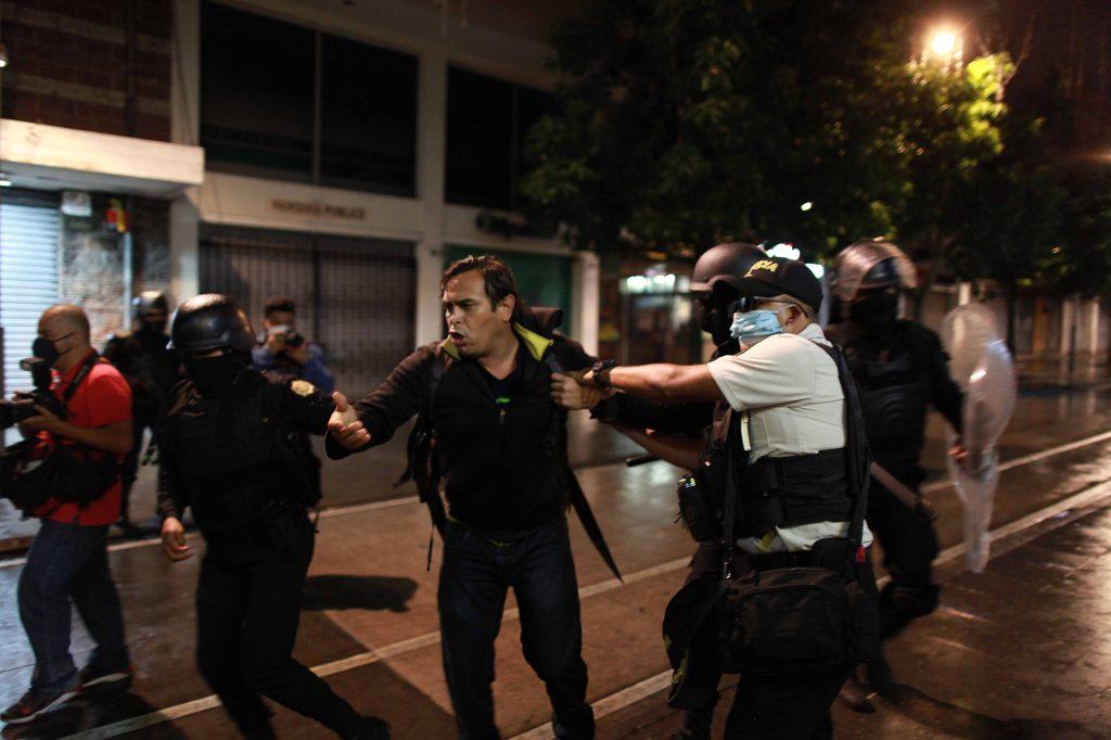 1. Carlos Sebastián documenta la captura de un hombre en la 6 avenida y 10 calle de la zona 1.