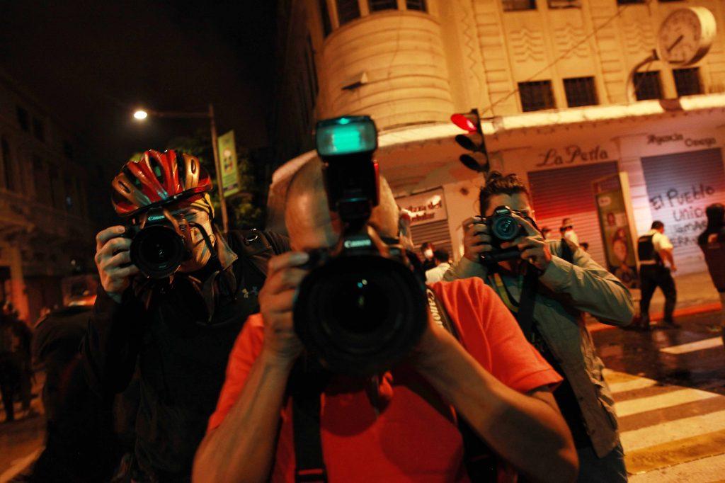 4. Colegas fotógrafos documentan la herida y cómo quedó después de la agresión contra Carlos Sebastián.
