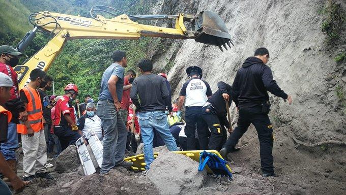 Tareas de búsqueda y rescate por el soterramiento de 10 personas en camino a Chinautla. (Foto Prensa Libre: Conred)