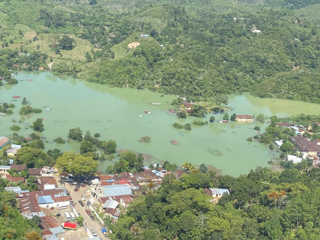 """""""Estamos devastados"""": las impresionantes imágenes de Campur, una comunidad que quedó inundada por Eta"""