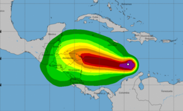 Trayectoria que puede tener Iota a su paso por el Caribe, que afectaría Nicaragua, Honduras y Guatemala. (Fuente: Centro Nacional de Huracanes de Estados Unidos)