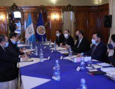 Foto divulgada por el vicepresidente Guillermo Castillo de la reunión entre el presidente Alejandro Giammattei y ministros con la misión de la OEA. Una imagen similar fue publicada antes por la Presidencia, donde no sale el ministro de Gobernación, Gendri Reyes.