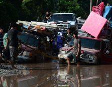 Trabajadores de los campos bananeros evacuaban el área en El Progreso, Yoro, Honduras, antes de la llegada de Iota. (Foto Prensa Libre: AFP)