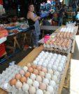 Productores nacionales de huevo refieren que el huevo de contrabando llega a los mercados y solo los trasladan a cartón nacional. (Foto Prensa Libre: Hemeroteca)