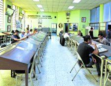 Así lucía la sala de lectura antes de la pandemia y se espera poder volver a recibir a estudiantes e investigadores después de la emergencia sanitaria. Foto Prensa Libre: Hemeroteca PL.