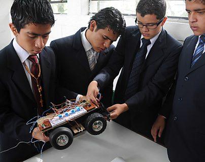 Pioneros en brindar educación con énfasis en tecnología