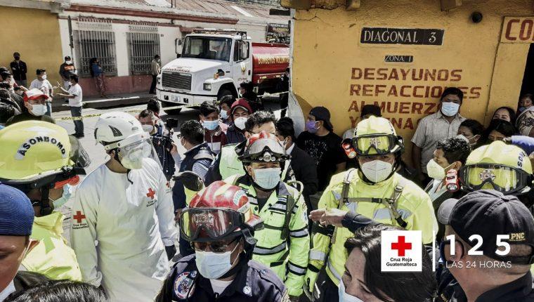 Una bodega en la que se almacenaba pirotecnia se incendió en la zona 1 de Xela. (Foto Prensa Libre: Cruz Roja Guatemalteca)