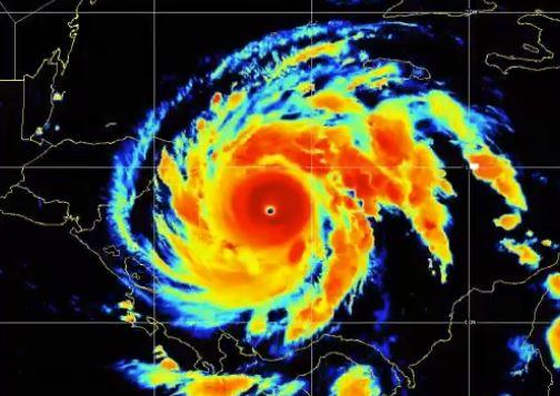 """El huracán Iota sube a la """"peligrosa"""" categoría 5 mientras avanza hacia Centroamérica, devastada por Eta"""