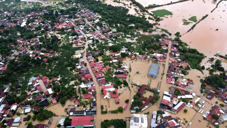 Pobladores de Morales, Izabal, afectados por las inundaciones que dejaron las tormentas Iota y Eta. (Foto Prensa Libre: Hemeroteca PL)