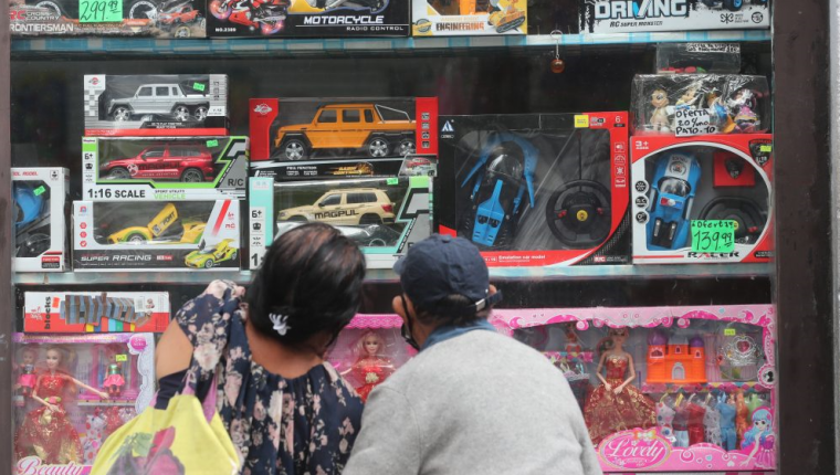 Debido a la situación económica, las familias buscarán regalos de menor costo. (Foto: Prensa Libre: Erick Ávila)