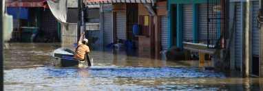 Lancheros que dependen del turismo en Playa Dorada y Mariscos, Los Amates, Izabal, ahora prestan el servicio de transportes de personas en las calles del pueblo. (Foto Prensa Libre: Bayron García)