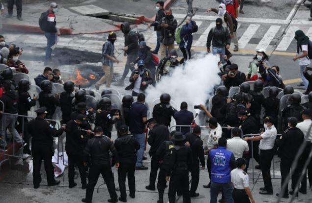 Desalojo de manifestantes frente al Congreso de la República. (Foto Prensa Libre: Esbin García)