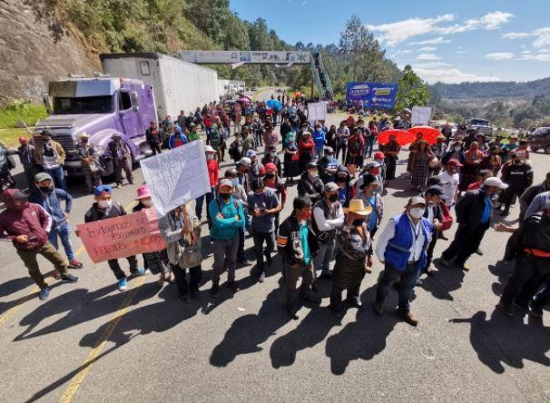 Los carteles con los que manifestantes piden la renuncia de Giammattei en la ruta Interamericana