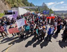 Pobladores se manifiestan contra el gobierno en el kilómetro 140 de la ruta Interamericana, Sololá. (Foto Prensa Libre: Carlos Hernández)