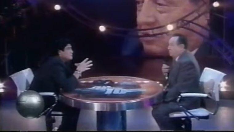 """Diego Armando Maradona entrevista a Roberto Gómez Bolaños en su programa de televisión """"La noche del 10"""" (Foto Prensa Libre: YouTube)"""