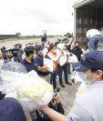 El ministerio de Desarrollo Social responde de forma inmediata y entrega alimentos por vía terrestre y aérea a los guatemaltecos damnificados. Foto Prensa Libre: Imer Lucero