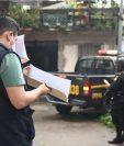 Agentes del MP y de la PNC durante uno de los cateos. (Foto Prensa Libre: MP)