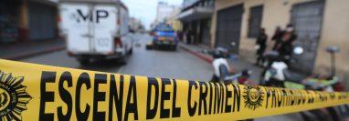 Autoridades recaban indicios en una escena del crimen. Foto Prensa Libre: Juan Diego González.
