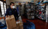 El servicio de El Correo en la zona 1, fue abierto al pœblico despuŽs de permanecer cerrado por la pandemia. En las bodegas se puede observar el acumulamiento de paquetes. En la imagen el director de la instituci—n, Julio CŽsar Romero supervisa  los env'os.       Fotograf'a  Esbin Garcia 18- 09-2020