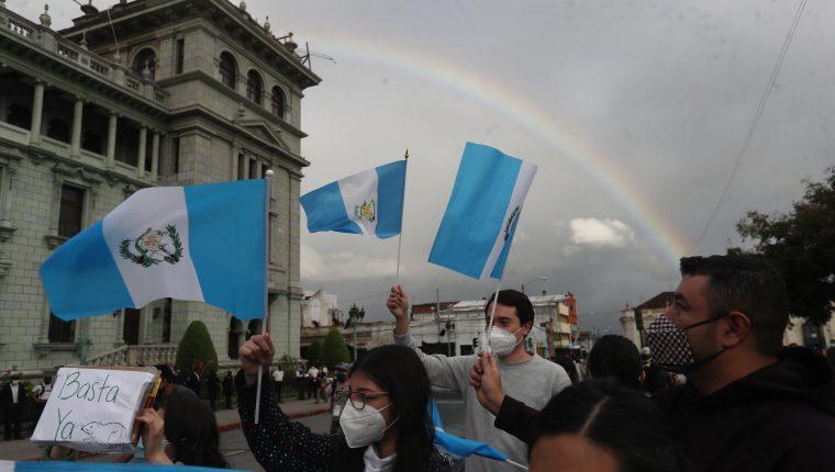 La aprobación del presupuesto de Q99 mil 700 millones generó protestas en contra de los diputados y el presidente Alejandro Giammattei. (Foto Prensa Libre: Érick Ávila)