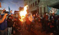 El Ministerio Público continuará las investigaciones para determinar si hubo o no maras en las manifestaciones frente al Congreso (Foto Prensa Libre: Erick Ávila)