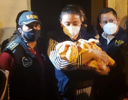 Rescatan a niña que fue raptada en la zona 5 y según la PNC así fue arrebatada de los brazos de su madre