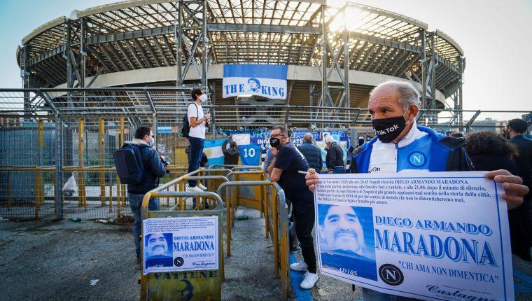 Aficionados le rinde tributo a Diego Armando Maradona, leyenda del Napoli de Italia. Foto Prensa Libre: EFE.